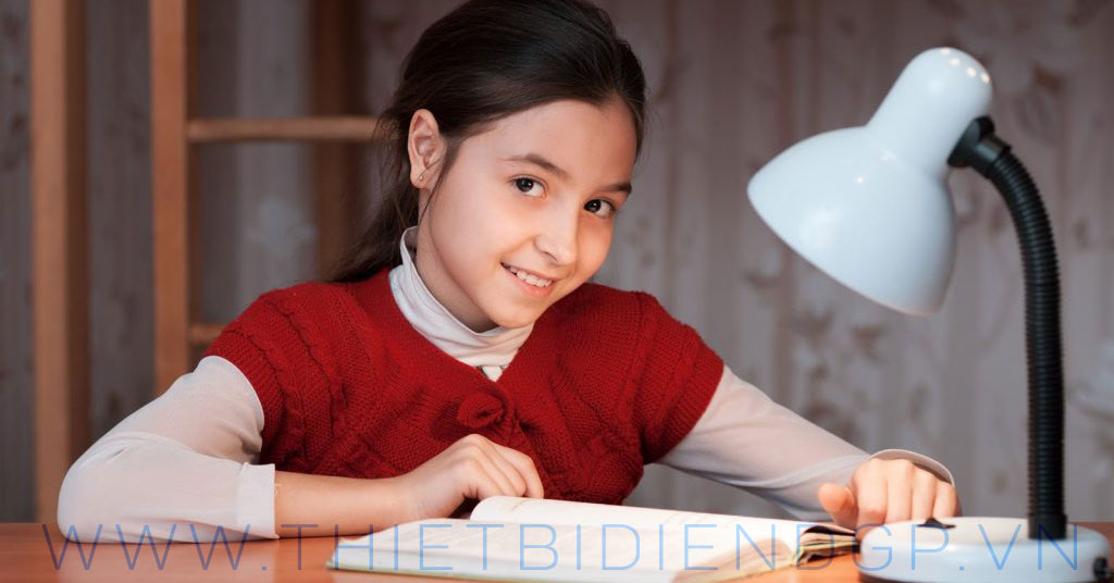 Cách chọn đèn bàn bảo vệ thị lực chống cận