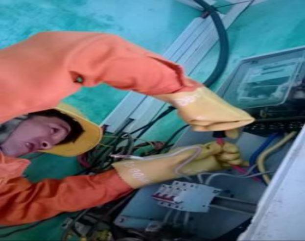 Sửa chữa điện phải đeo găng tay bảo hộ